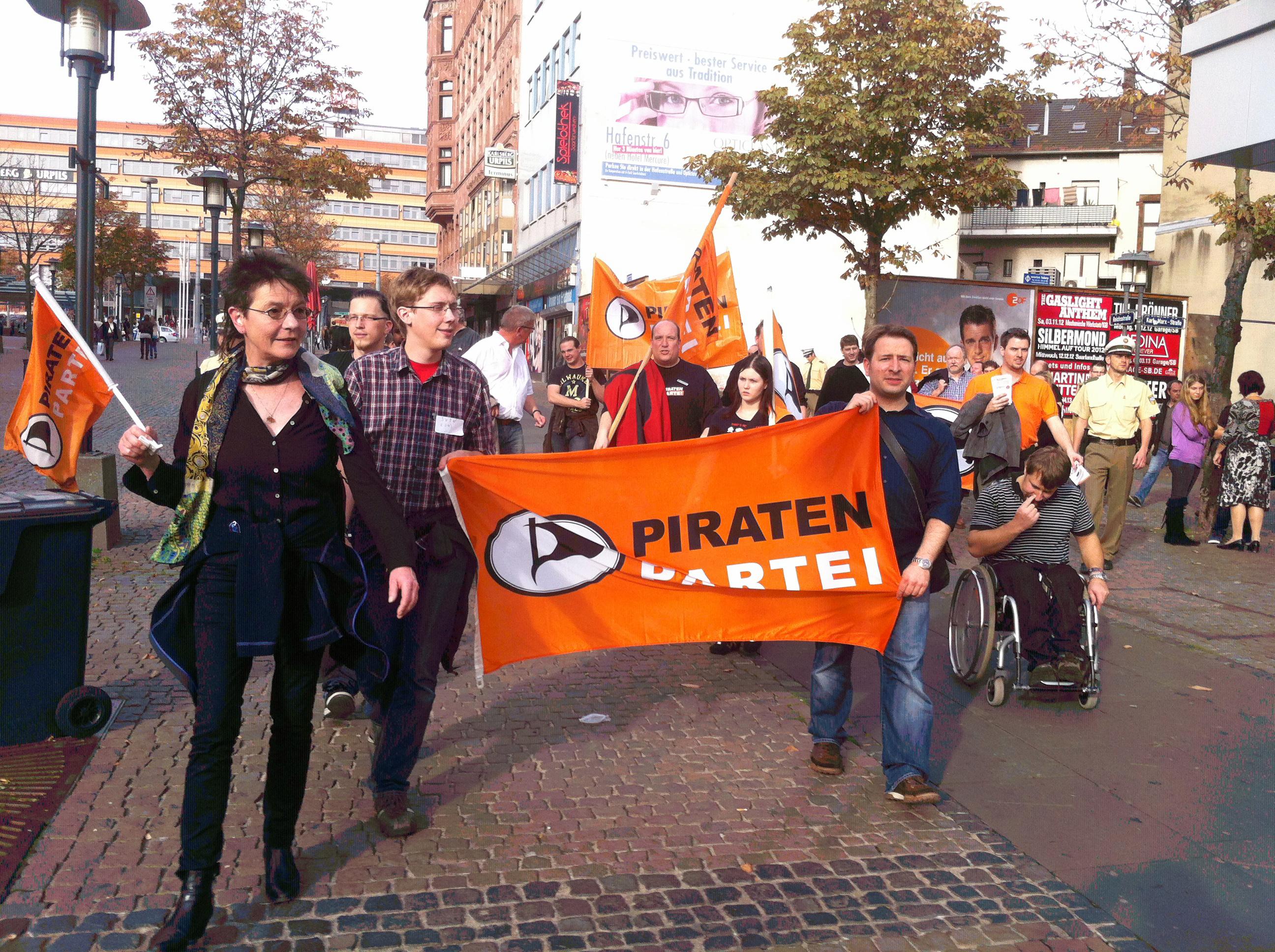 Schleswig-Holsteiner Piraten-Abgeordnete an der Spitze der INDECT-Demo in Saarbrücken am 20. Oktober 2012 mit Angelika Beer, Sven Krumbeck und Uli König